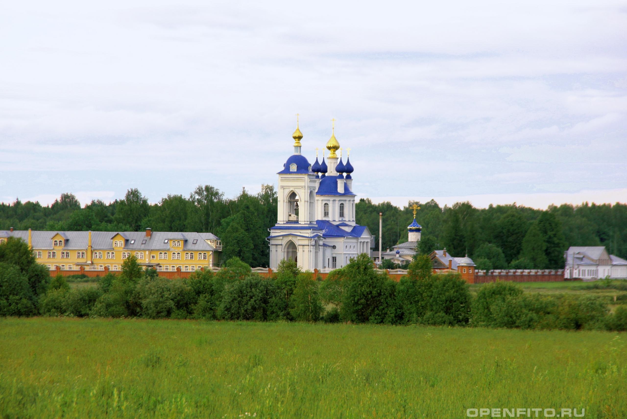 Успенский Дуниловский монастырь с синей крышей успенская церковь, ниже с одним куполом - Покровская церковь. Шуйский район, Ивановская область